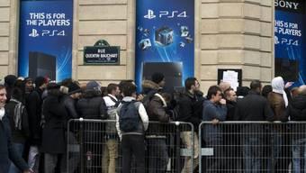 Auch in Paris warten hunderte Playsation-4-Fans auf Verkaufsstart