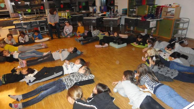Gespannt lauschen die Schülerinnen und Schüler der Primarschule Oensingen bei den verschiedenen Geschichten rund um die Rechte von Kindern.
