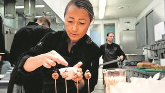 Starköchin Tanja Grandits richtet in der Küche mit ihren Mitarbeitern den Apéro an. 13 Vorspeisen hat sie vorbereitet.