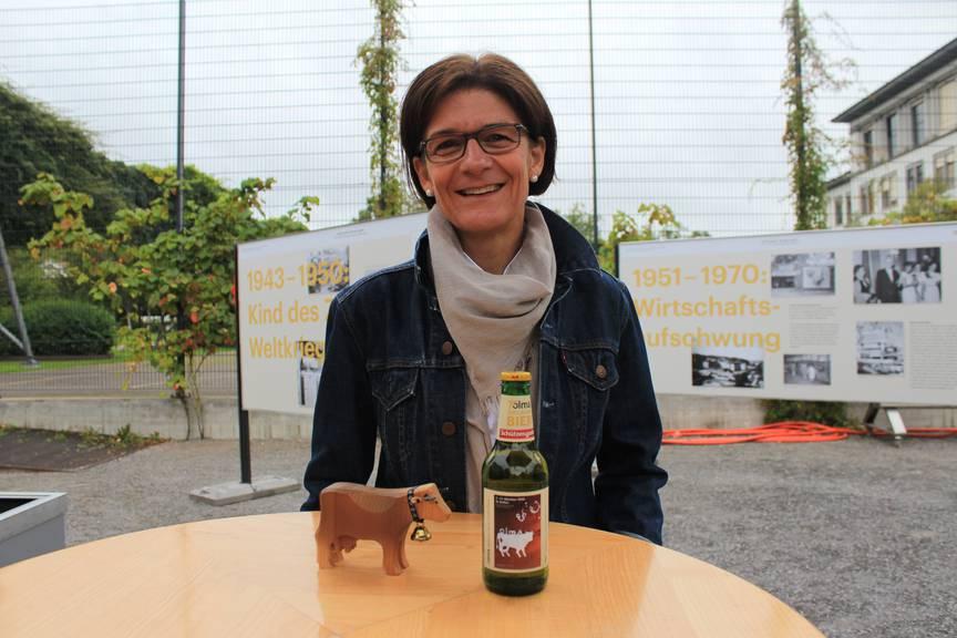 Katrin Meyerhans mit dem Jubiläumsbier. (Bild: FM1Today/Laurien Gschwend)
