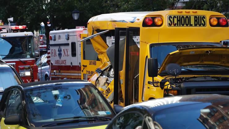 Ein Pick-up hat Passanten gerammt und kollidierte mit einem Schulbus.