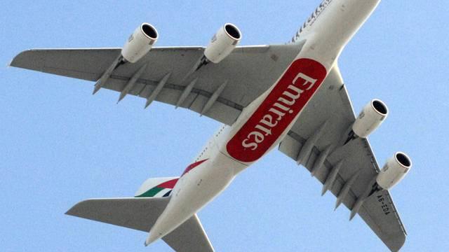 Ein Airbus A380 der Fluggesellschaft Emirates musste nach Problemen mit dem Triebwerk umkehren (Symbolbild)