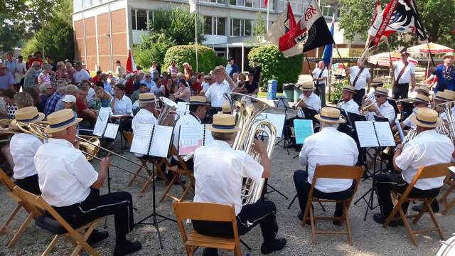 Die Rohrer Musik spielt an der 1.-Augustfeier das Heidi-Lied.