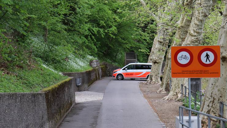 Die Kantonspolizei sperrte am Montagnachmittag Teile der Limmatpromenade ab.