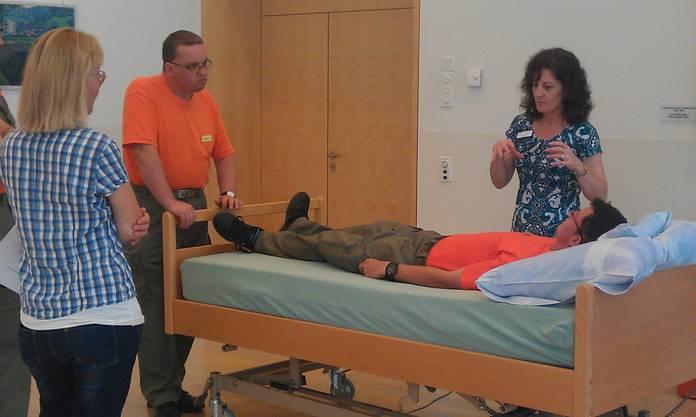 Die Betreuer werden 2012 im Alterszentrum Gränichen in der Pflege geschult.