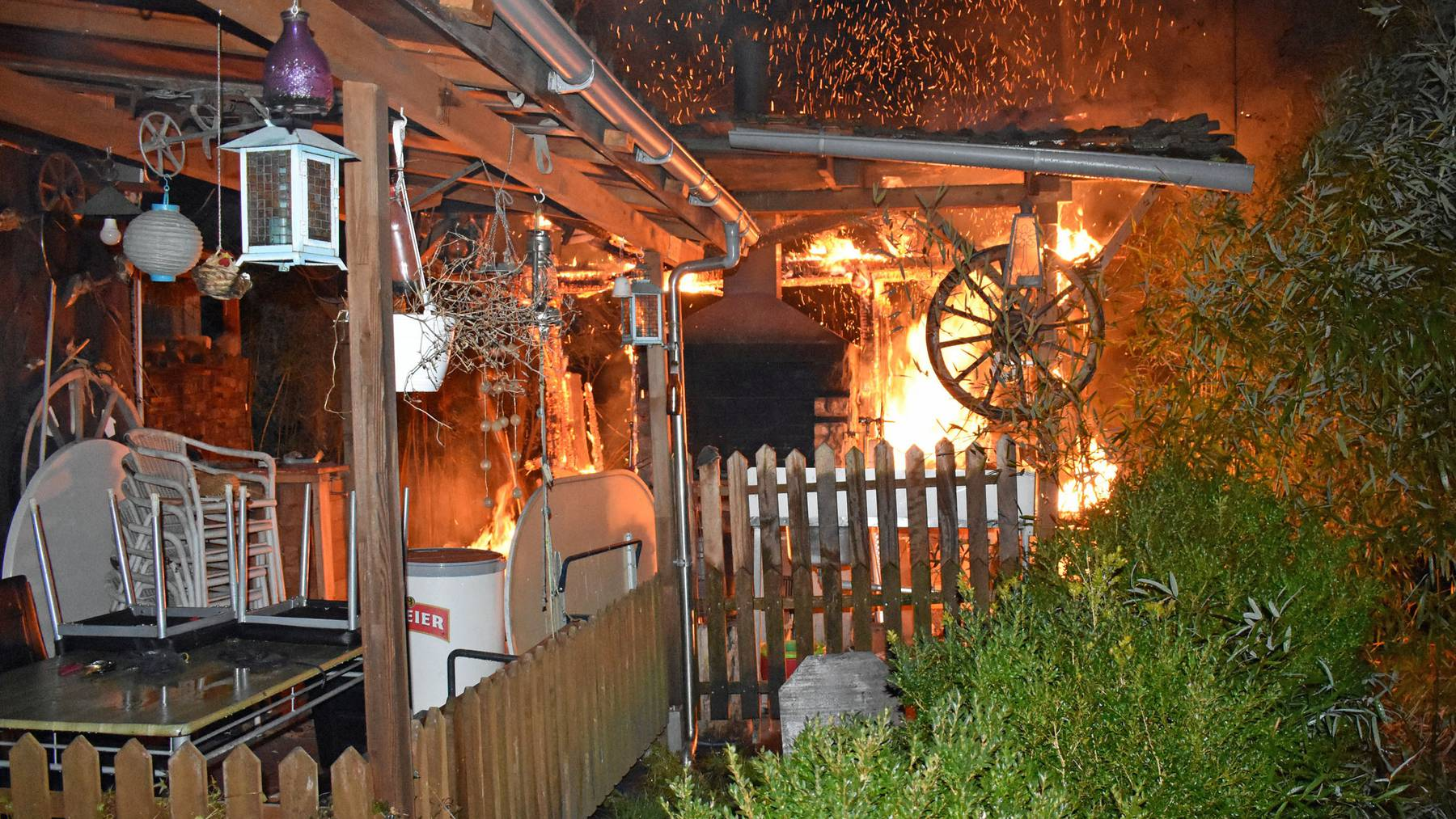 Gartenlaube in Hochdorf gerät in Brand