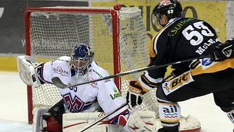 Biels Goalie Lukas Meili hält gegen Luganos Brett McLean.