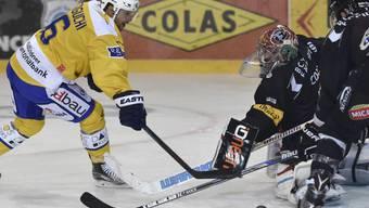Fribourgs Goalie Benjamin Conz blockt den Schuss des Davosers Devin Setoguchi