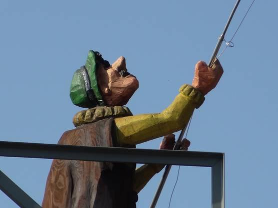 Der Fischer hat die Angel ausgeworfen.