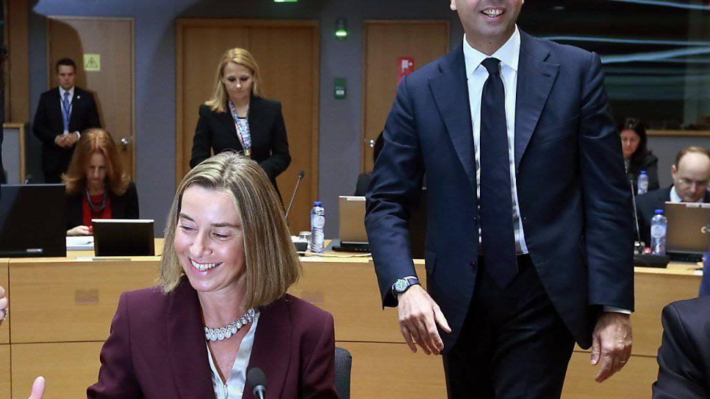 Die EU-Aussenbeauftragte Federico Mogherini bei der Unterzeichnung des Grundsatzpapiers für eine EU-Verteidigungsunion. Neben ihr der Italienische Aussenminister Angelino Alfano.