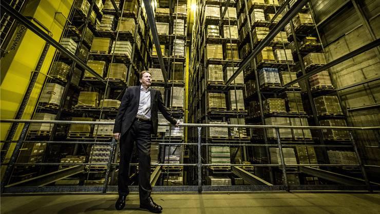 Geschäftsführer Jürg Pletscher im 35 Meter hohen Antalis-Hochregallager: «Ohne Papier wird es schwierig auf der Welt.»