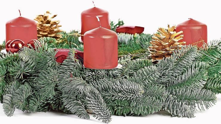 Traditioneller Adventskranz mit vier roten Kerzen, die für die Liebe und das Licht stehen.