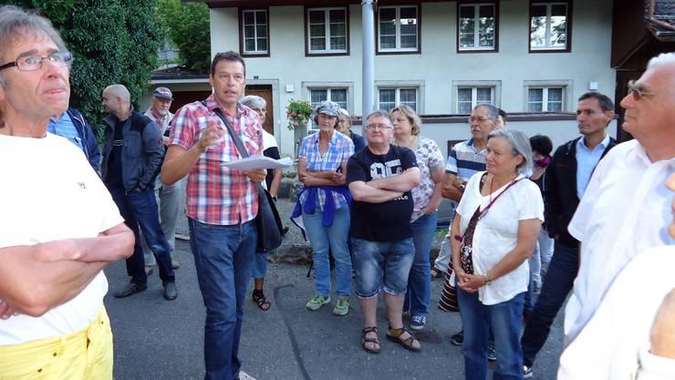 Daniel Humbel führte zahlreiche Zuhörer «Auf historischen Spuren durch Boniswil»und wusste zu den alten Gebäuden viel zu berichten.