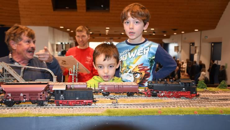 Kleine fahrende Züge begeistern Jung und Alt.