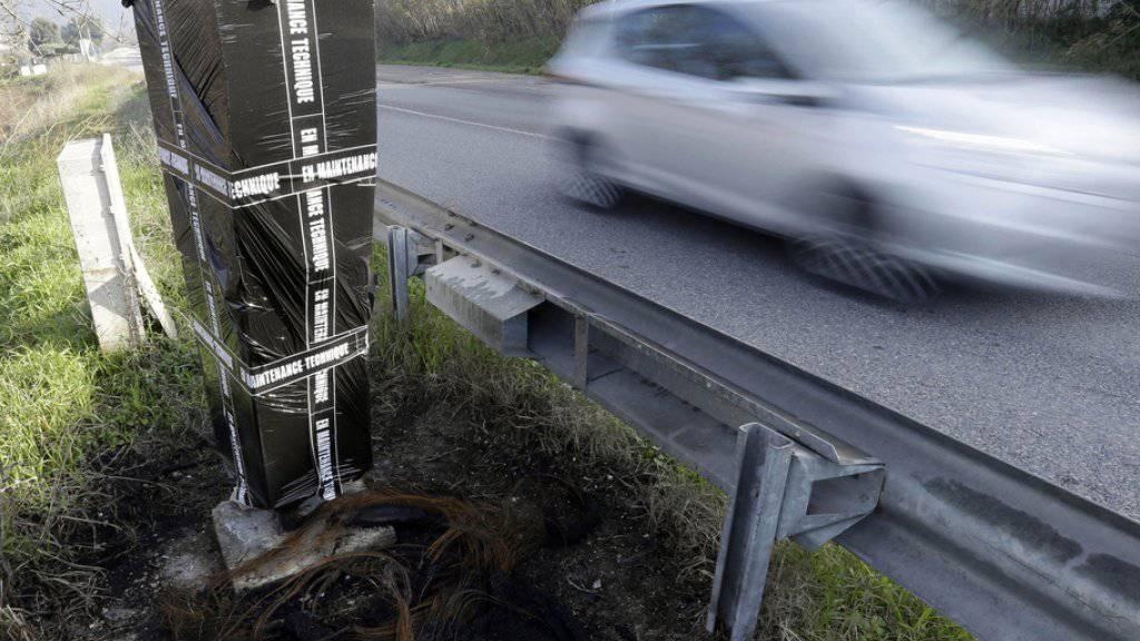 Über manche Geräte zur Kontrolle der Geschwindigkeit wurde ein Abfallsack gestülpt.