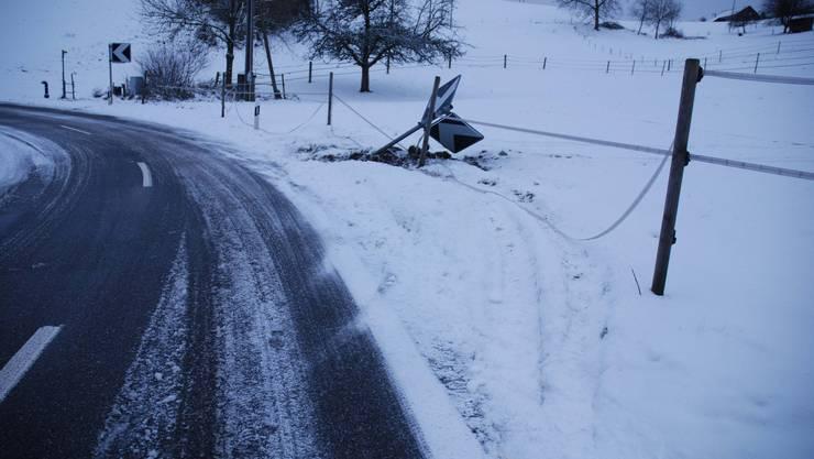 Däniken: Ein Automobilist verliess den Unfallort, nachdem er diese Signaltafel rammte.