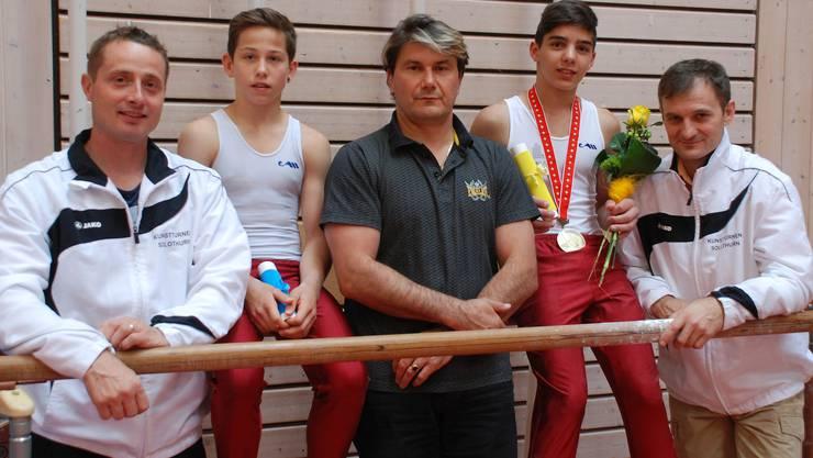 Finalisten P5 mit Trainer und Betreuer (vlnr):  Thomas Stüdeli, Marco Staubitzer, Nicu Pascu, Joel Moret, Jewgenij Kudrins