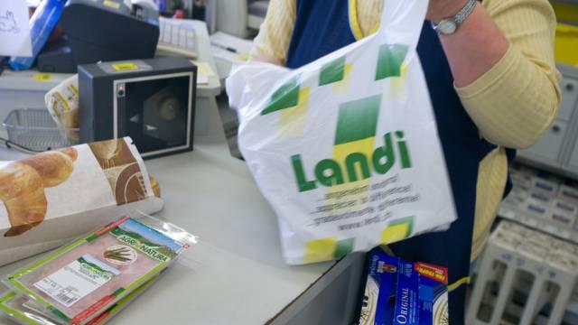Eine Landi-Verkäuferin packt Einkäufe ein (Symbolbild)
