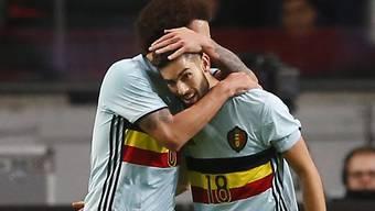 Axel Witsel umarmt 1:1-Torschütze Yannick Carrasco
