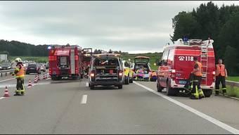 Ein ehemaliges Militärfahrzeug, das inzwischen zivil genutzt wird, hatte auf dem Pannenstreifen gestanden. Ein in Frankreich immatrikuliertes Auto prallte gegen dieses Fahrzeug.