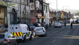 Polizeibeamte sichern den Ort ab, an dem der ehemalige Rebellenführer erschossen wurde.