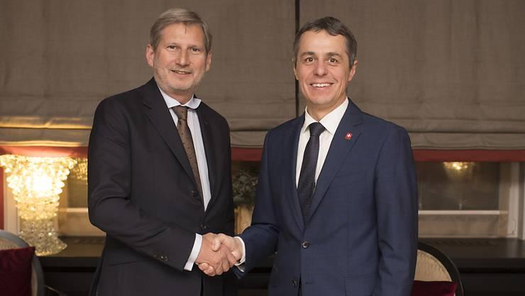EU-Kommissar Johannes Hahn (l.) hatte sich am Mittwoch mit Aussenminister Ignazio Cassis getroffen. Am Donnerstag schlug er in einem Interview mit dem Schweizer Radio SRF neue Töne bezüglich der Beziehungen Schweiz-EU an. (Archivbild)