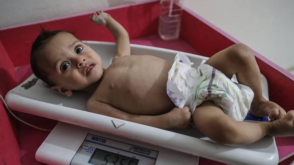 Eine Krankenschwester ermittelt das Gewicht eines unterernährten Kindes im Ibn Sina Krankenhaus in Idlib. Am Freitag kann es möglicherweise zur Abstimmung über einen  UN-Resolutionsentwurf zur Versorgung von Millionen notleidenden Syrern bei laufenden Verhandlungen in New York kommen. (Archivaufnahme)