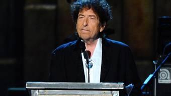 """Bob Dylan - hier bei einer Preisverleihung vor zwei Jahren - hat endlich seine Hausaufgaben bei der Nobel-Akademie abgeliefert: Seine Nobelpreis-Vorlesung sei sehr """"eloquent"""", heisst es. (Archivbild)"""