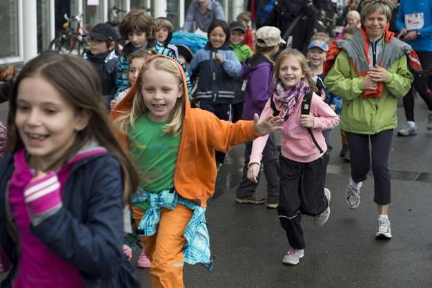 Die Kinder sind motiviert und starten euphorisch auf die 5 km lange Strecke.