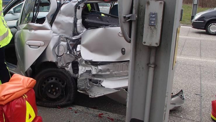 Bei einer Kollision auf der Furttalkreuzung wurden zwei Insassen eines Autos verletzt.