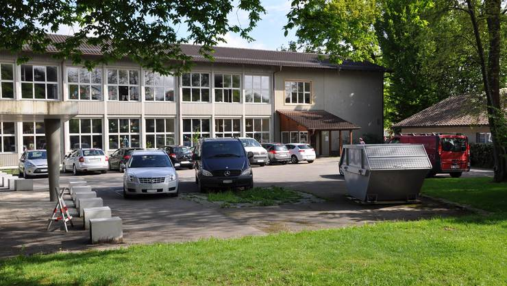 Der Parkplatz des Schulhauses Gönhard: Erlaubt sind acht Autos, parkiert sind mehr – trotz drohender Busse.