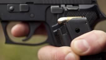 Mit einer Pistole bedrohte der Täter die Kassiererin. (Symbolbild)