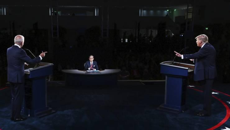 428704398_highresLieferten sich einen harten TV-Schlagabtausch: Präsident Donald Trump (r) und Joe Biden. So hart, dass Manche von einer «Schande» sprachen.