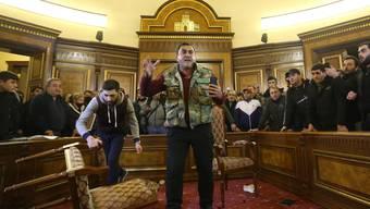 Demonstranten stürmen den Regierungssitz in Armeniens Hauptstadt aus Protest gegen das Abkommen mit Aserbaidschan.