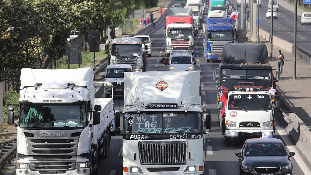 Hunderte Lastwagen- und Autofahrer protestieren in Chile mit der Aktion «Schneckentempo» gegen die geplante Autobahn-Maut.
