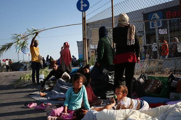 Nach dem Brand im Auffanglager Moria schlafen die Geflüchteten auf der Strasse. (Bild: Keystone)