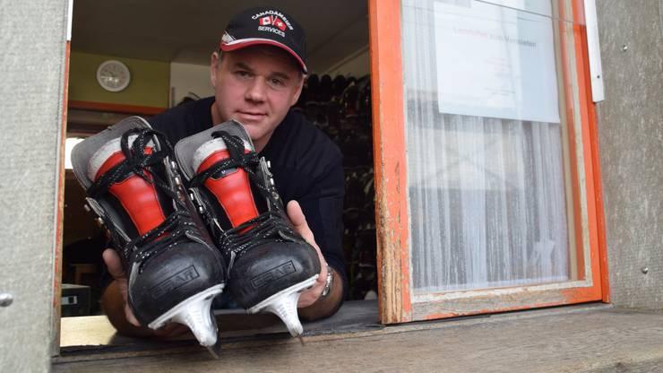 Eismeister Martin Meier kümmert sich um das Eis und um die Besucher. Der 45-Jährige ist im Sommer auch Bademeister.