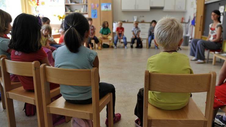 Ein Kind des Niederdorfer Kindergartens wurde positiv auf Corona getestet. (Symbolbild)