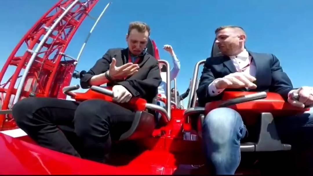 Der Schock noch vor dem Höhepunkt: Einem Mann knallt auf der neuen Ferrari-Achterbahn eine Taube ins Gesicht.