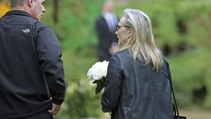 """Schauspielerin Meryl Streep bringt Blumen zur Trauerfeier für """"Star Wars""""-Prinzessin Carrie Fisher."""