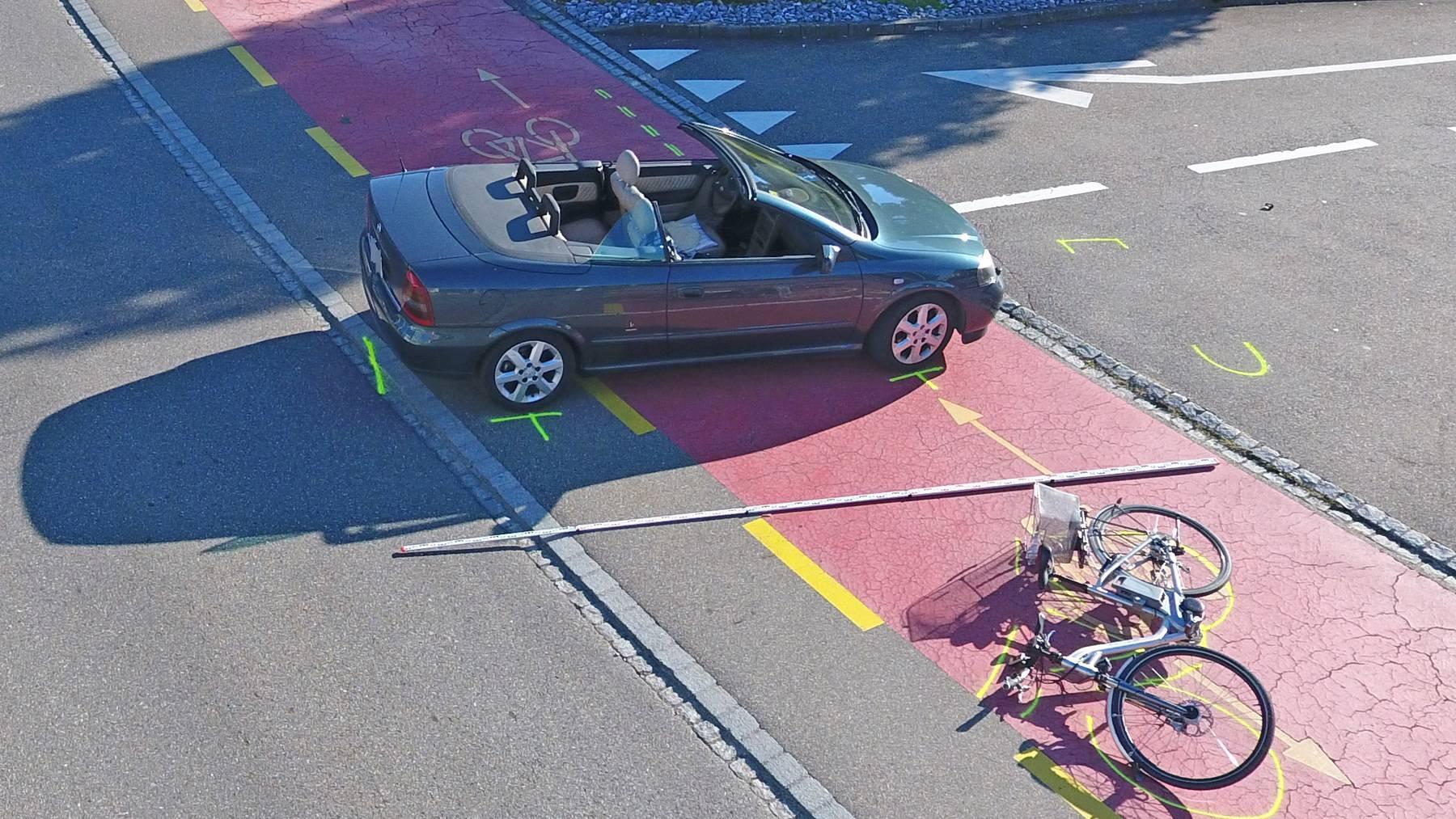 Beim Unfall wurde der Velofahrer schwer verletzt.
