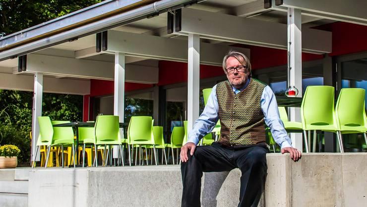 Präsident Peter Haller freut sich über das neue Klubhaus des TC.