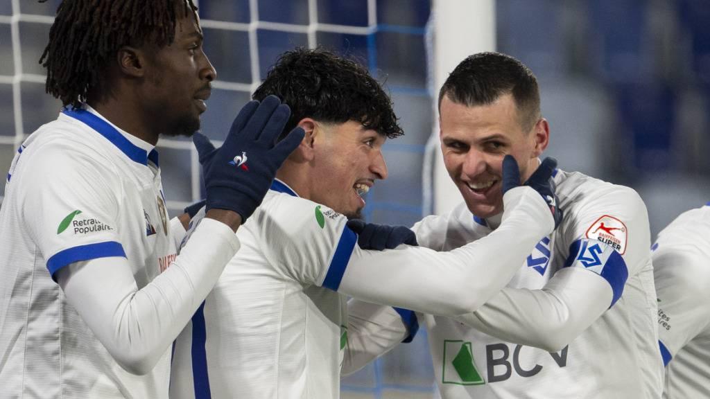 Evann Guessand, Torschütze Cameron Puertas und Stjepan Kukuruzovic (von link) feiern nach dem 2:0