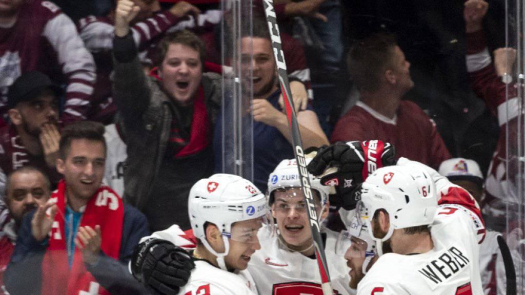 Die Schweizer mit Torschütze Gregory Hofmann (mitte) bejubeln vor ihren Fans den 1:0-Führungstreffer gegen Lettland