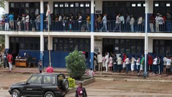 Wählerinnen und Wähler warten auf die Stimmabgabe in Antananarivo.