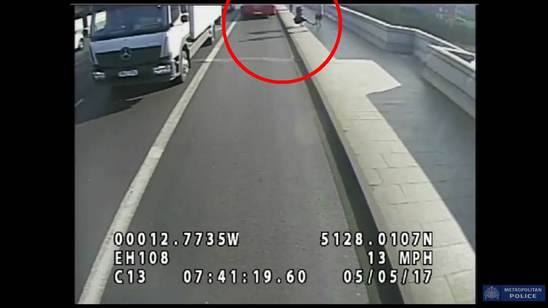 Jogger schubst Frau vor einen Bus – Londoner Polizei sucht nach diesem Mann