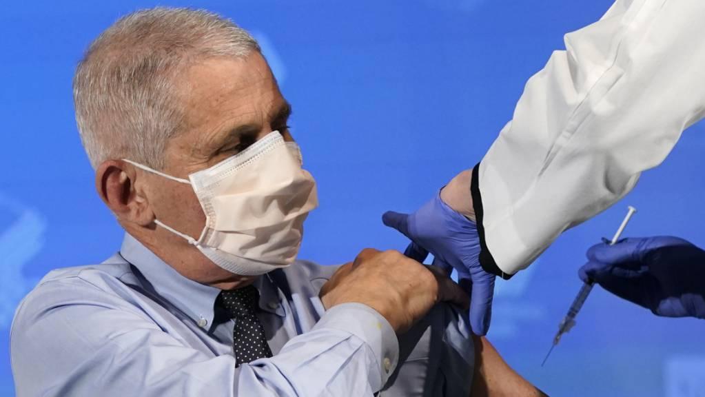 dpatopbilder - Anthony Fauci, Direktor des Nationalen Instituts für Infektionskrankheiten in den USA, wird im National Institutes of Health (NIH) für seine Impfung gegen das Coronavirus vorbereitet. Foto: Patrick Semansky/AP Pool/dpa