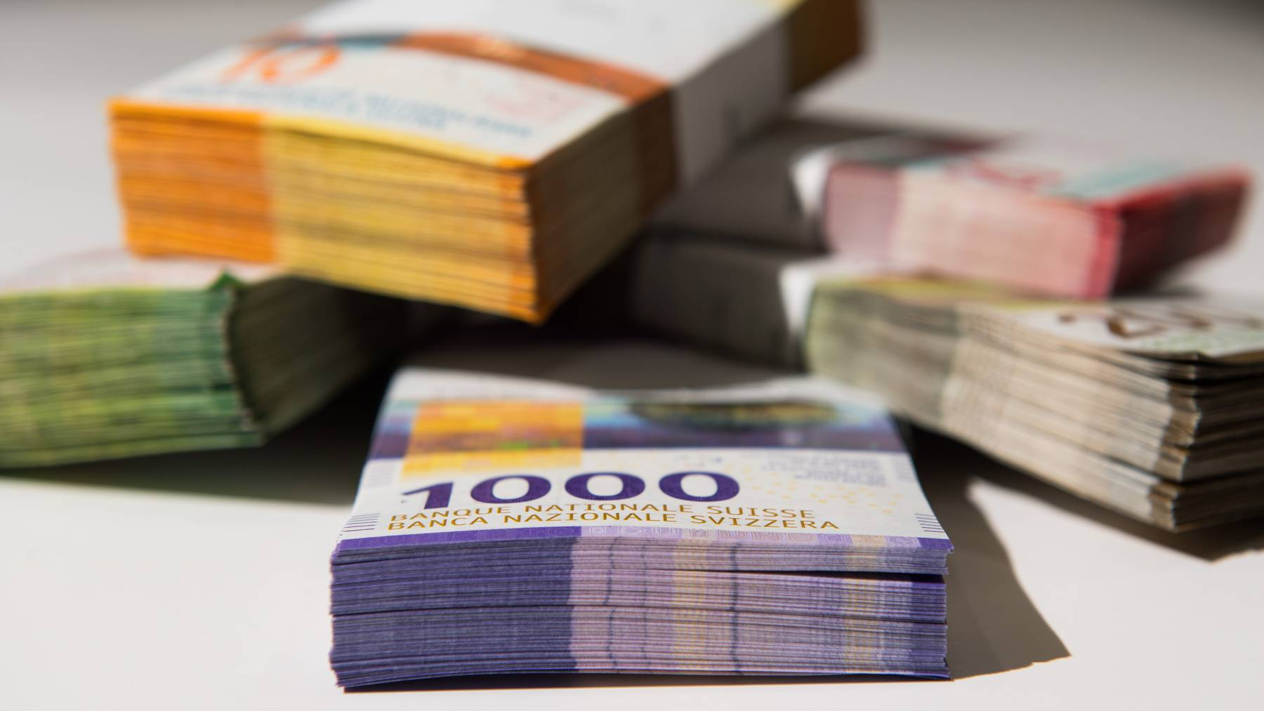 Geldbuendel mit Schweizer Franken liegen auf einem Tisch, am 22. August 2019 in Colderio