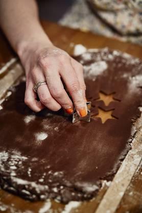 Rein in den Teig: Sophie Scaramuzza macht Weihnachtsguetzli.