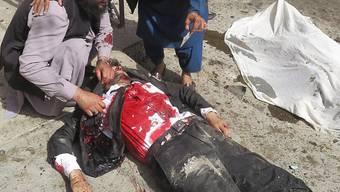 Der Selbstmordattentäter sprengte sich im südwestpakistanischen Quetta mitten in einer Gruppe trauernder Anwälte in die Luft. Der - wahrscheinlich von den Taliban geschickte - Mörder freute sich vor seiner Tat auf mindestens 72 Jungfrauen, die Huri, die ihn zum Dank im Paradies erwarten.